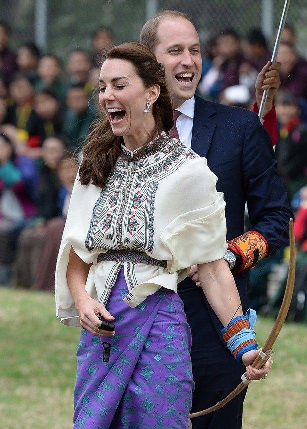 【写真を見る】大きな口を開けて笑い転げるキャサリン妃