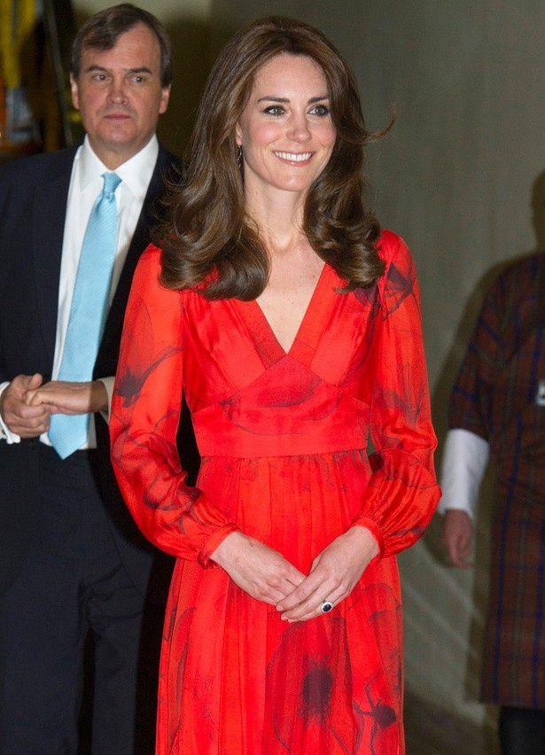 赤いドレスを着たキャサリン妃