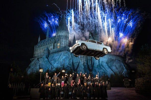 """オープニング・セレモニーでは、杖を振り呪文を唱えると、映画にも登場した車""""フォード・アングリア""""が宙に浮いた(画像提供:ユニバーサル・スタジオ・ジャパン)"""