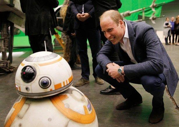 『スター・ウォーズ』新作の撮影現場で、うれしそうにドロイドBB-8を見つめるウィリアム王子