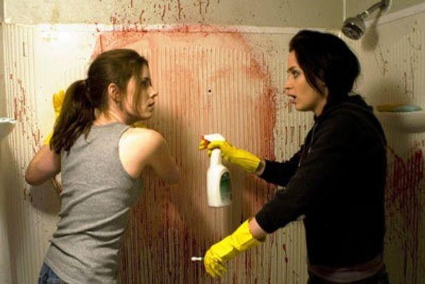 血が飛び散る現場を清掃する姉妹