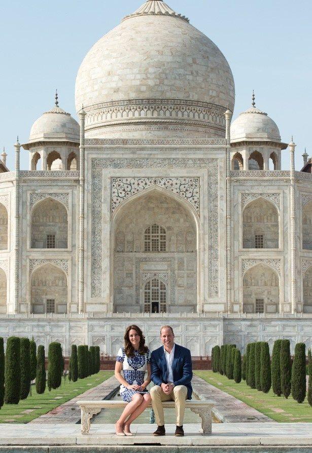 世界遺産タージ・マハルで記念撮影をしたウィリアム王子とキャサリン妃