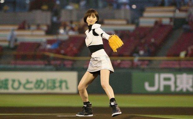 【写真を見る】真剣な眼差しで力いっぱい投球する篠田