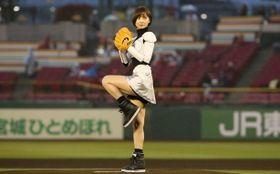 篠田麻里子、ミニスカで始球式に挑戦もノーバンならず