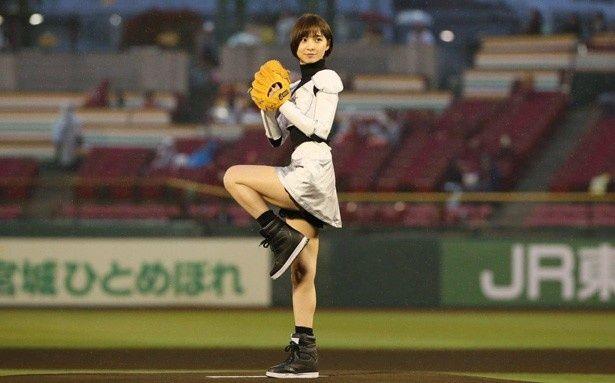 宇宙服風の白いミニスカートでオリックス・バファローズ戦の始球式に挑んだ篠田麻里子