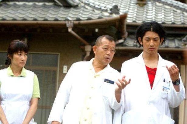 笑福亭鶴瓶(中央)映画初主演、瑛太(右)、余貴美子(左)共演の話題作『ディア・ドクター』