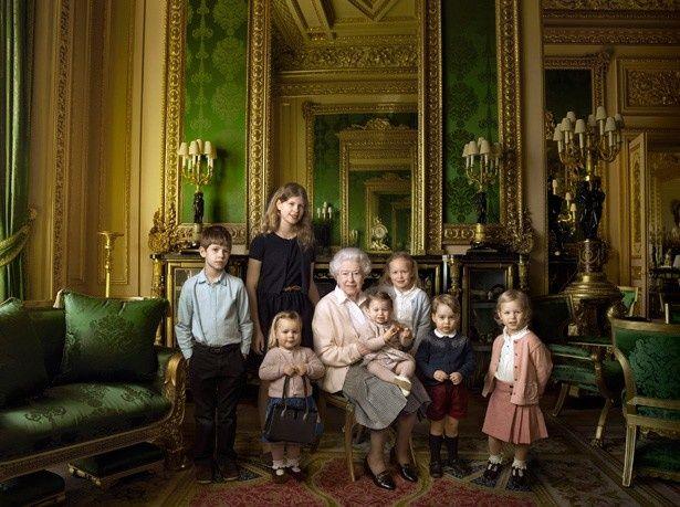 孫やひ孫たちに囲まれたエリザベス女王