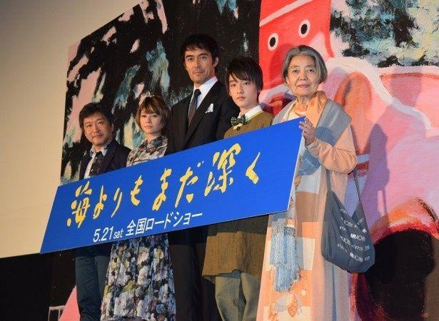 「海よりもまだ深く」の舞台あいさつに登壇した是枝裕和監督、真木よう子、阿部寛、吉澤太陽、樹木希林(写真左から)