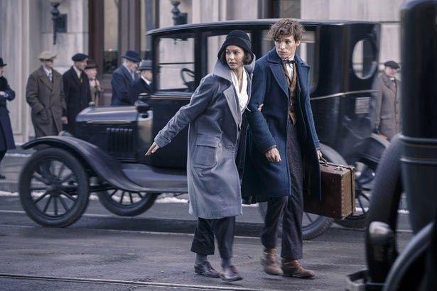 素敵なコートを着用したニュート(エディ・レッドメイン)の新写真が解禁