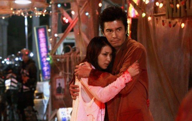 伊藤英明と武井咲が、幼馴染みである小吉と奈々緒を演じる