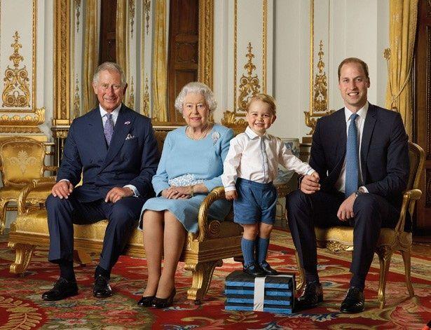 【写真を見る】ジョージ王子は女王、チャールズ皇太子、ウィリアム王子らと並んで記念切手に