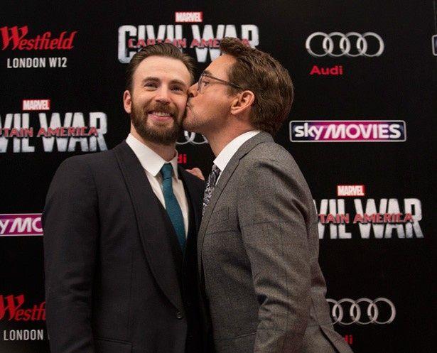 【写真を見る】クリス・エヴァンスにキスをするロバート・ダウニーJr.
