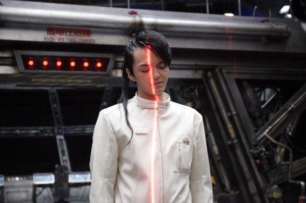 強盗で10年の刑に服していたが脱獄し、莫大な報酬目当てで火星行きを目指す青年・菅野