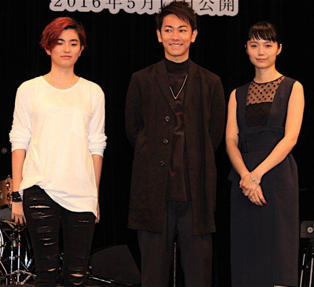 【写真を見る】赤髪の17歳、HARUHIのステージに佐藤健と宮崎あおいがサプライズで登場!