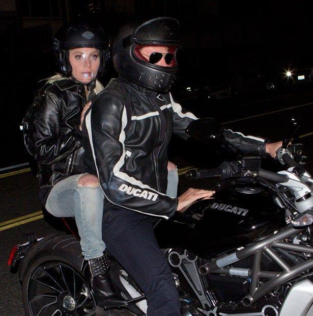 バイクに二人乗りで現れたブラッドリー・クーパーとレディー・ガガ