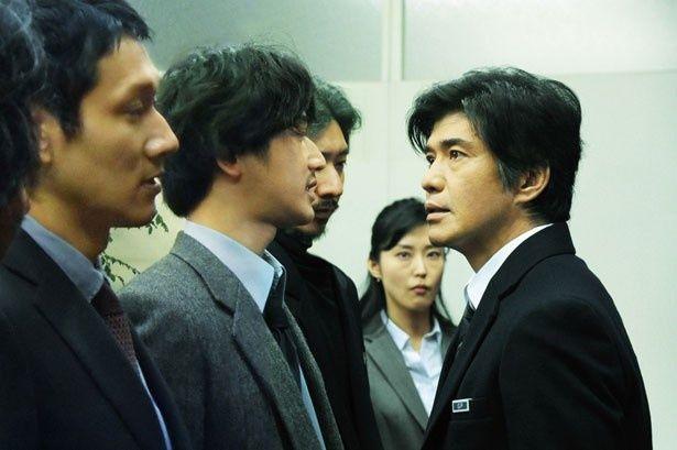 【写真を見る】記者クラブと対立するの主人公を演じた佐藤浩市