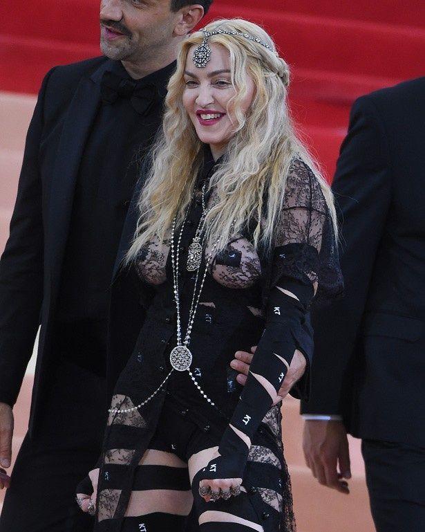 派手な衣装でMETガラに登場したマドンナ