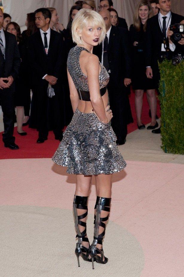 【写真を見る】近未来的なイメージのメタリックドレスが印象的なテイラー