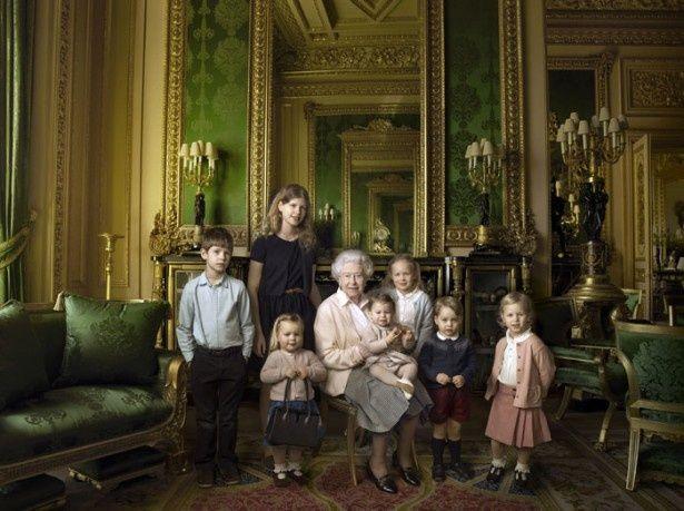 エリザベス女王90歳の誕生日を祝う記念写真では、女王とシャーロット王女がそっくりだと話題に