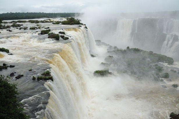 世界遺産にも登録された「イグアスの滝」は圧巻!