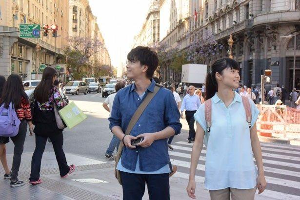 【写真を見る】アルゼンチンでの撮影にワクワクした表情を浮かべる佐藤健と宮崎あおい