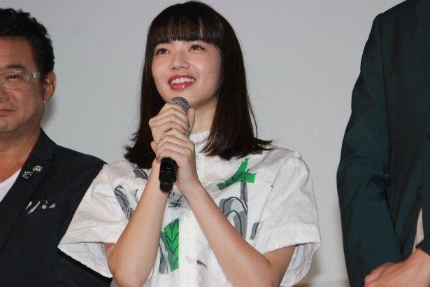 情報収集力抜群の女子高生・寺沢カオリ役の小松菜奈