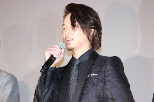 三上の部下で広報室係長・諏訪役の綾野剛