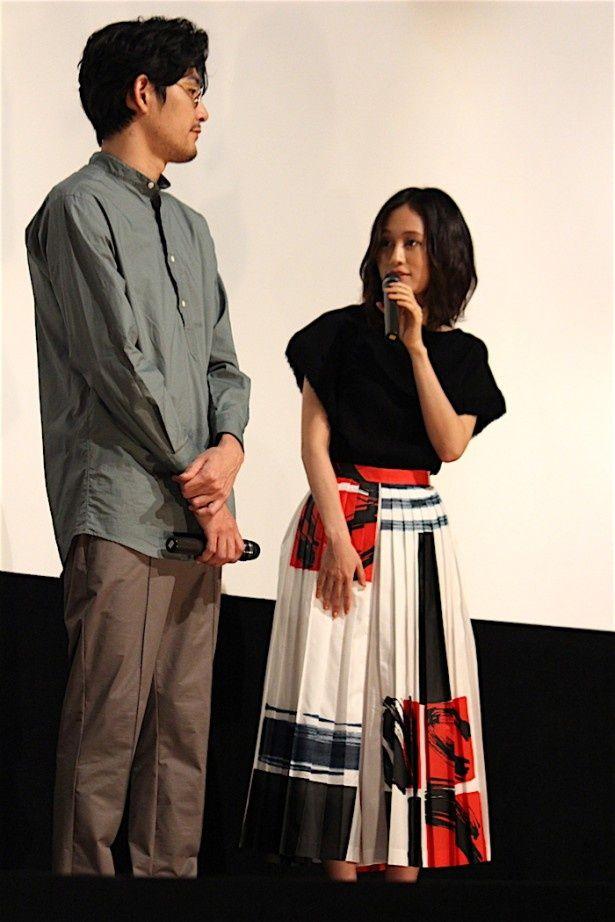 【写真を見る】前田敦子、プリーツスカートがキュート!夏らしいコーディネートで登場した