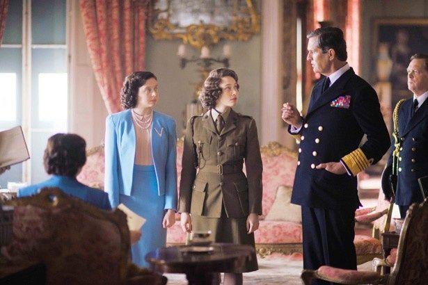 軍服姿が凛々しいエリザベス王女は、お忍びでロンドンの街へ繰り出すことに