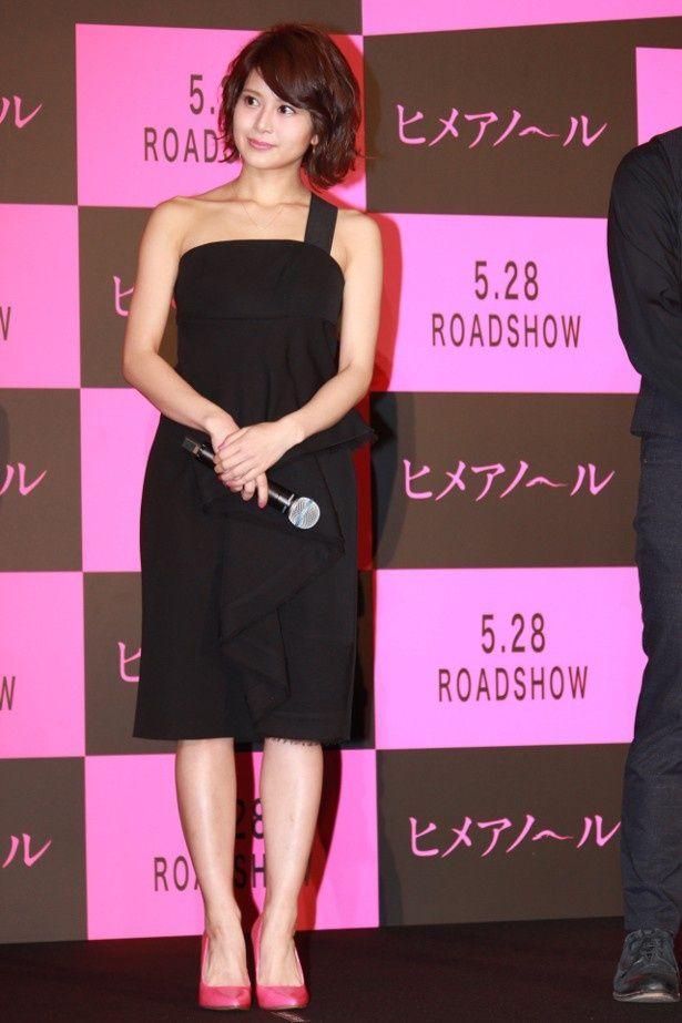 【写真を見る】セクシー!佐津川愛美、肩出しドレスの全身ショット