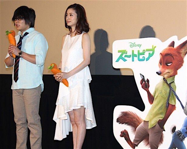 【写真を見る】上戸彩、森川智之が人参のマイクを手にトークを繰り広げた。全身写真はこちら