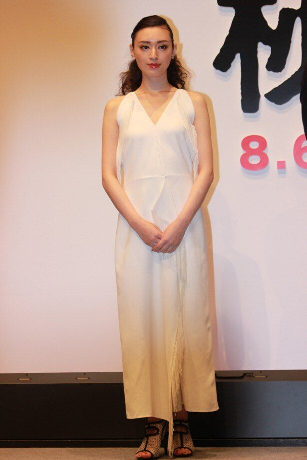 【写真を見る】栗山千明、セクシーな白のドレスの全身ショット