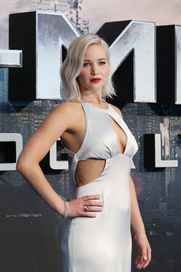 【写真を見る】胸元と脇が大胆にあいたクリスチャン・ディオールの白いドレスで登場したジェニファー