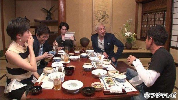 「ダウンタウンなう」(フジテレビ系)の人気企画<本音でハシゴ酒>に菅田将暉(写真中央)が登場。ダウンタウン、坂上忍、ホラン千秋と酒を酌み交わす