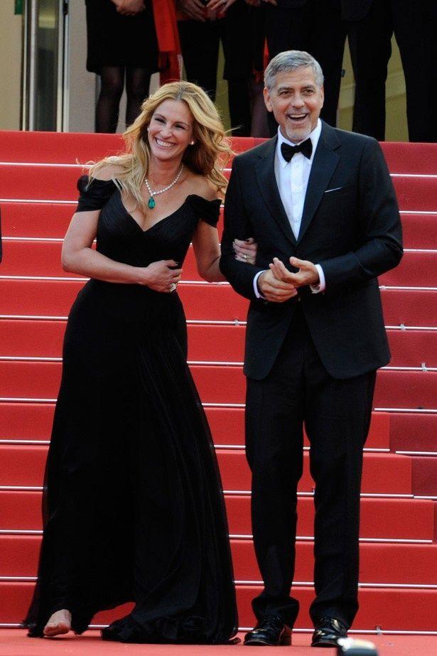 ジョージ・クルーニーとカンヌ国際映画祭に登場したジュリア・ロバーツ。ドレスから覗く足は裸足!