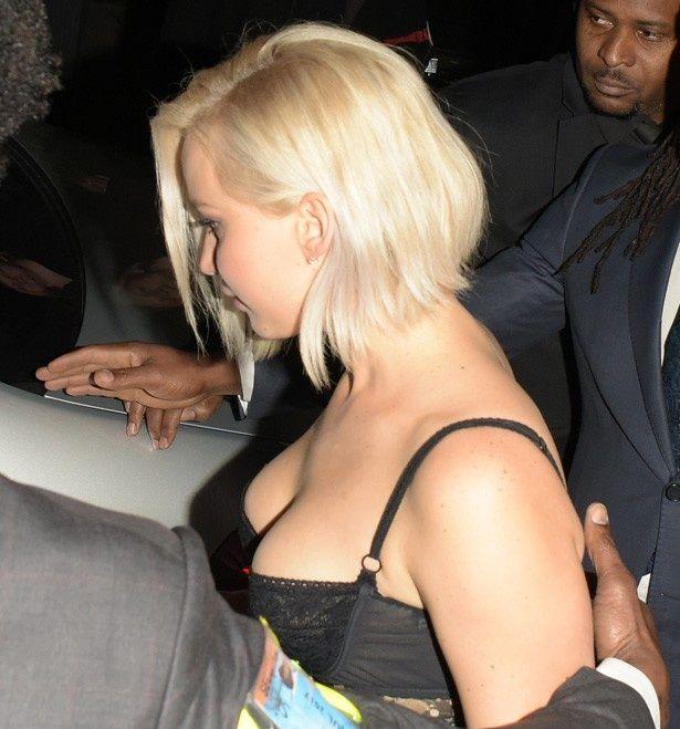 【写真を見る】ブラからあふれ出しそうなジェニファーのバスト
