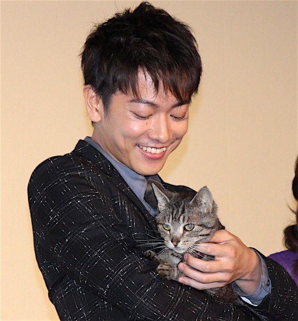 佐藤健、愛猫を抱っこ!