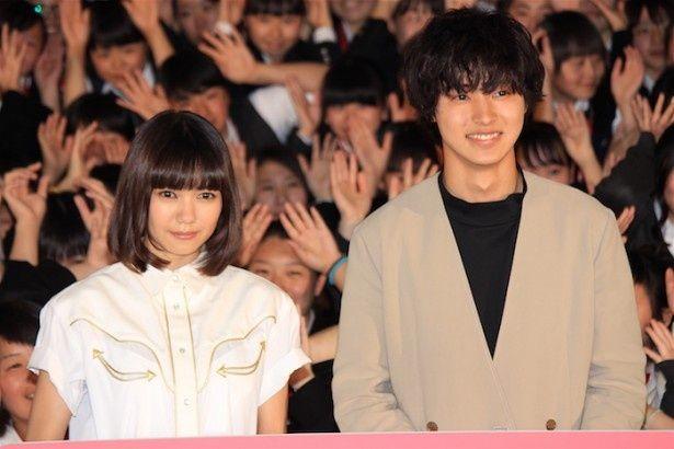 【写真を見る】二階堂ふみ&山崎賢人が女子高生と笑顔でフォトセッション!