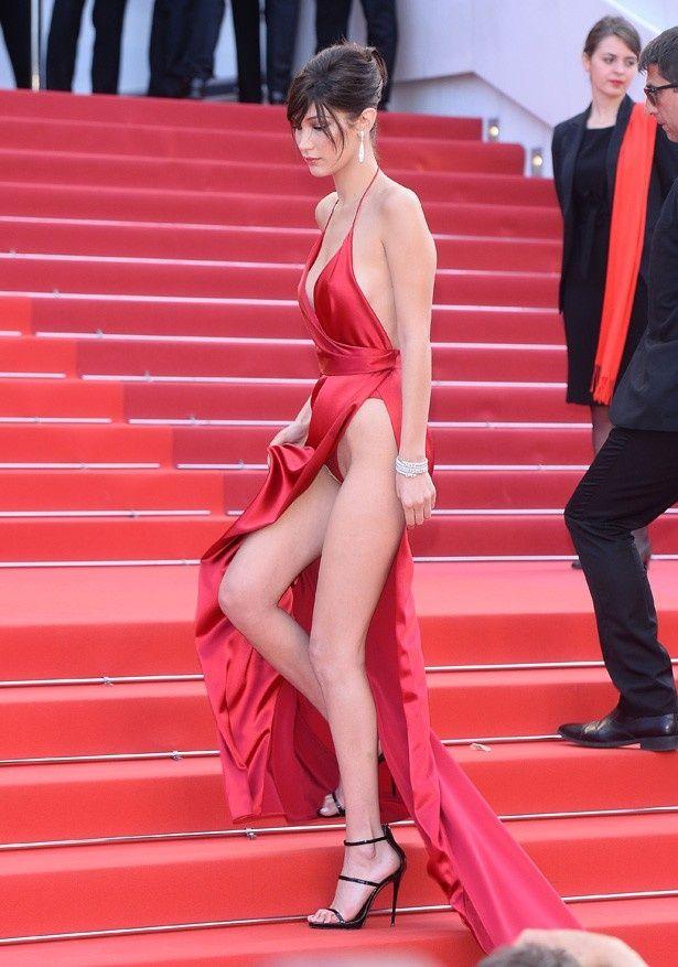 【写真を見る】当たり前のようにスカートの中が見えてしまっているが、赤いGストリングをはいているのがわかる