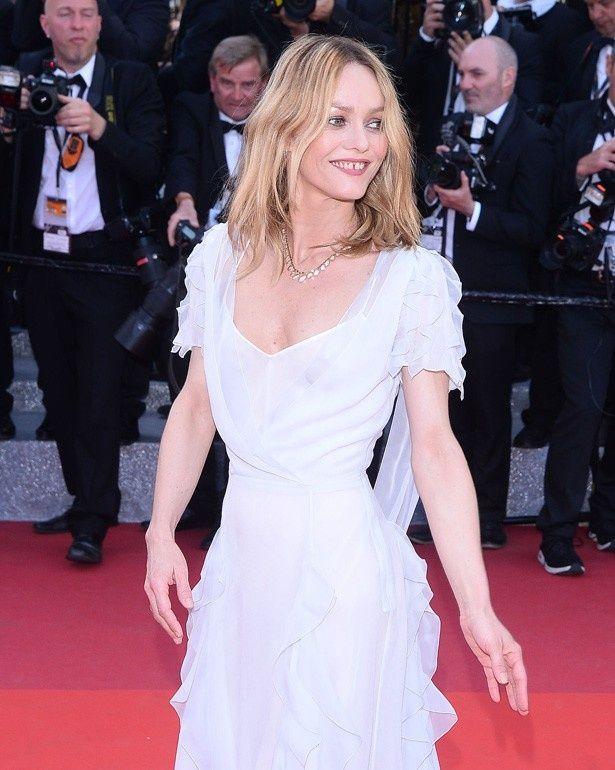 【写真を見る】お姫様ドレスは彼女の年齢では厳しい?