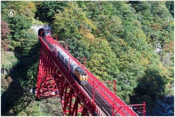2位:V字峡谷を縫うように走る「黒部峡谷トロッコ電車」(黒部峡谷鉄道)