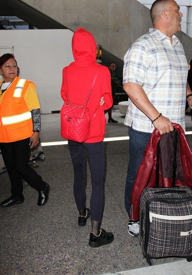 【写真を見る】赤のパーカーに赤いシャネルのバッグは目立つ?