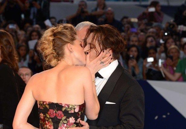 【写真を見る】公の場で熱いキスを交わすジョニーとアンバー・ハード