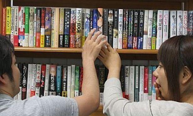 """""""ひとめぼれ""""と言えば、やっぱり偶然の出会いでしょ。本屋で同じ本を取ろうとして「あ、すみませんっ」なんてあこがれちゃう?"""