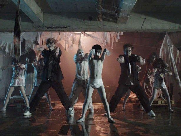 聖飢魔II「呪いのシャナ・ナ・ナ」のMVでダンスを披露する俊雄