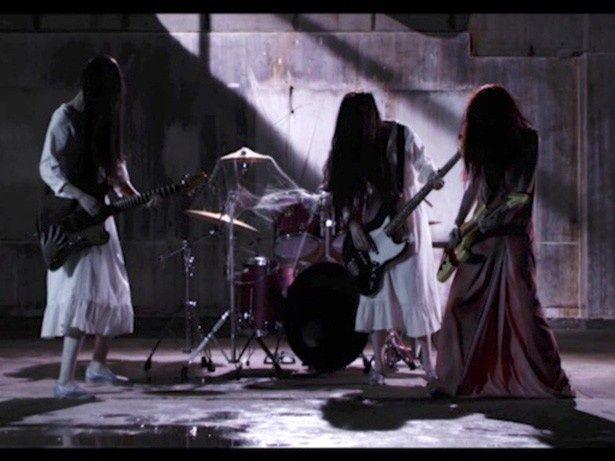 【写真を見る】貞子と伽椰子がバンドを結成!ツインギターでのソロバトルも?