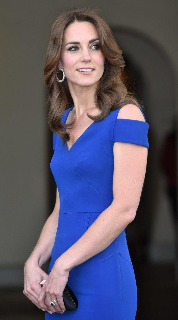 ローラン・ムレの鮮やかなブルーのドレスを着たキャサリン妃