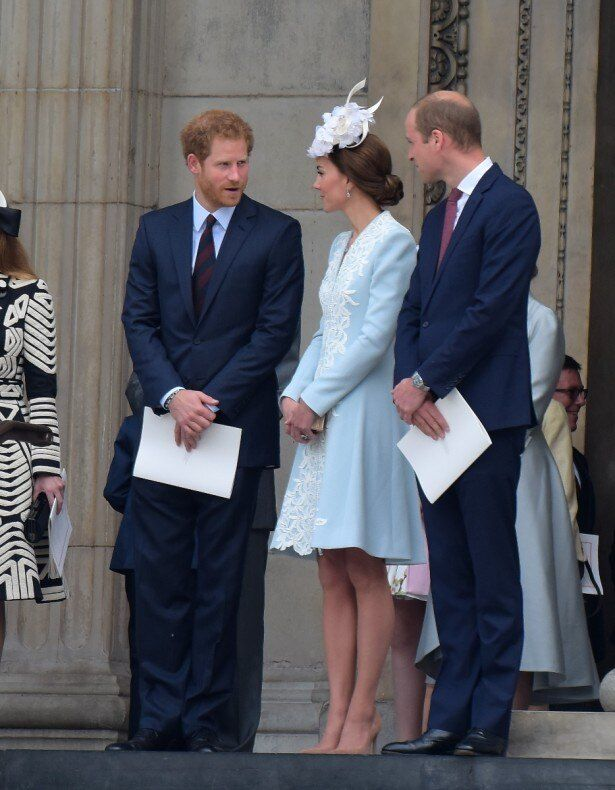 3人で話し込むヘンリー王子、キャサリン妃、ウィリアム王子