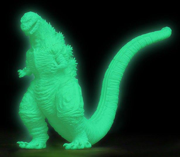 ゴジラフィギュアのグリーン蓄光バージョン。手に入れるには完全受注生産商品販売サイト「ケツジツ」での事前申し込みが必要