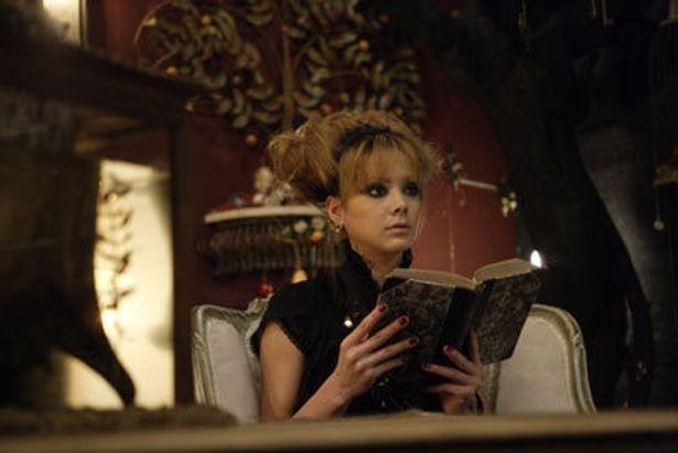 土屋アンナもストーリーテラーとして出演する『フィッシュ・ボーン』